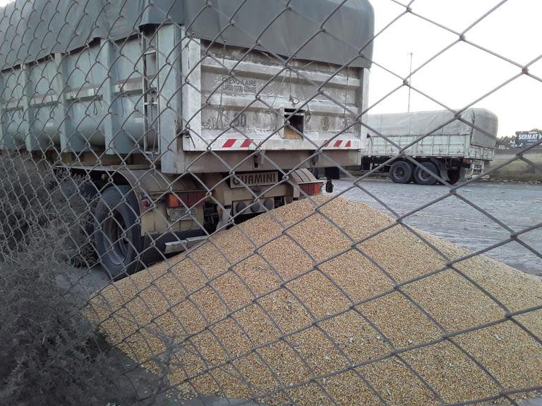 Uno de los camiones al que le abrieron la boquilla para que perdiera su carga en el puerto de Bahía Blanca